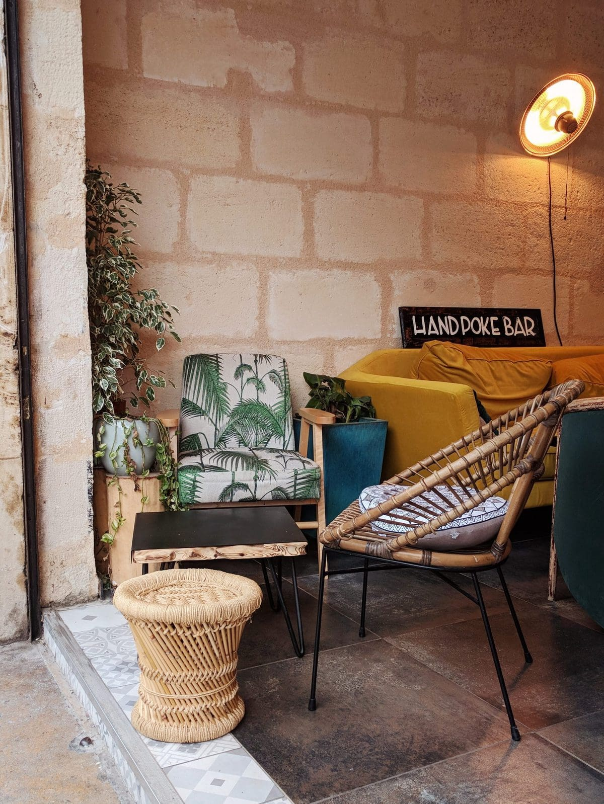 Hand Poke Bar restaurant interior in Bordeaux - has strong West Coast vibes