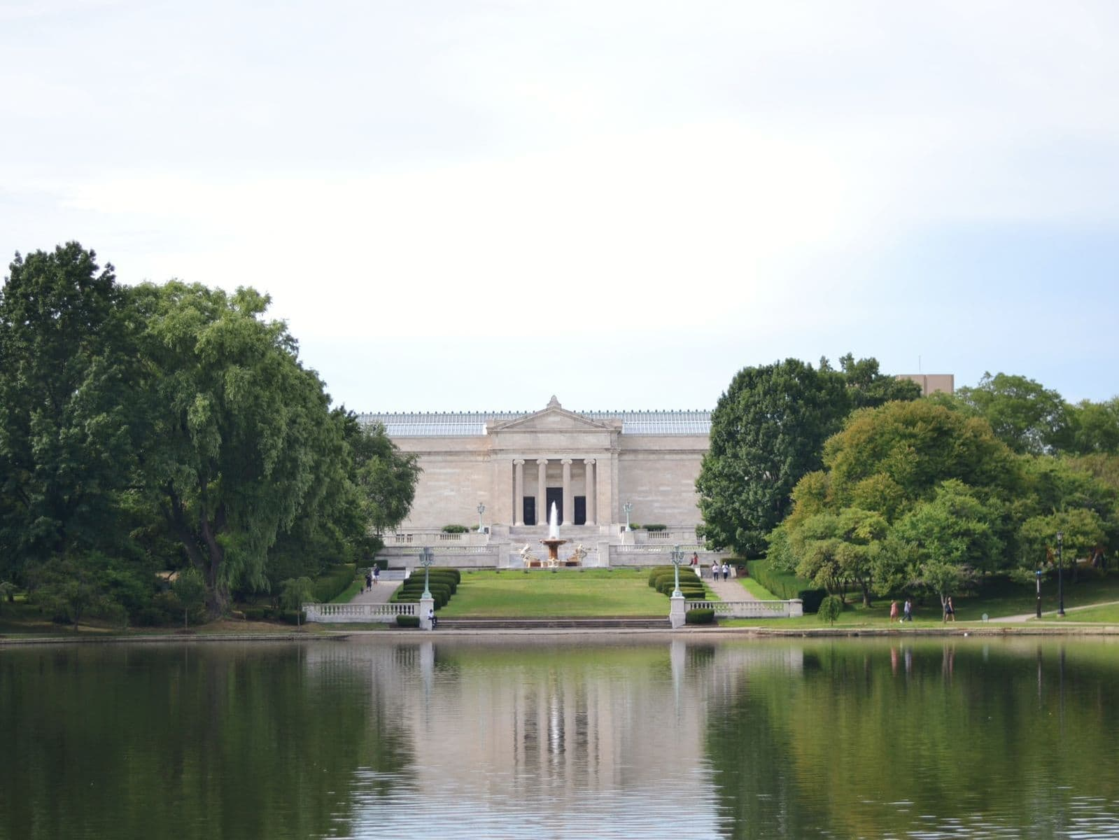 Cleveland Museum of Art building across a small pond