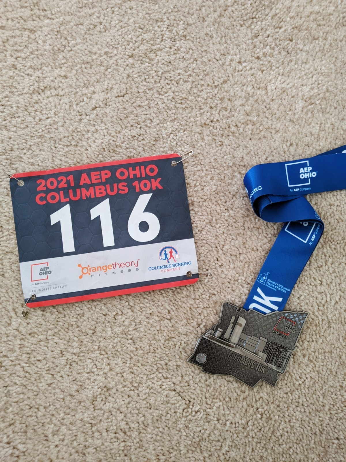 medal and bib of the Columbus 10k